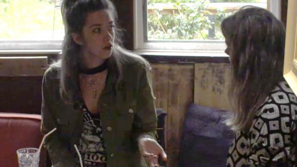 Demi en Fay hebben een verrassing voor de hele groep