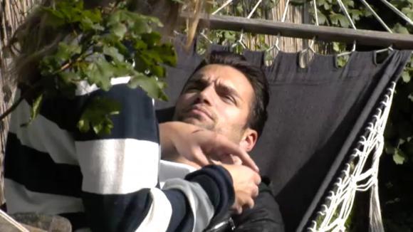 Romy gaat met Cemal het gesprek aan over zijn vreemde gedrag
