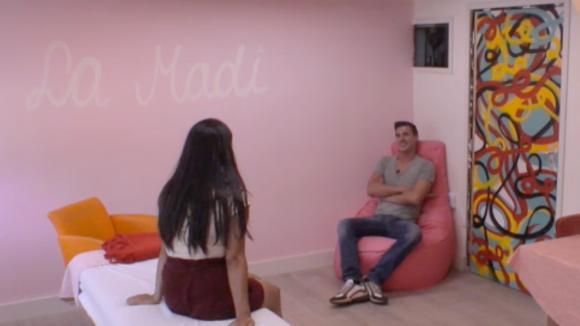 Madilia en Johan praten het eerdere voorval van de klaagmuur uit