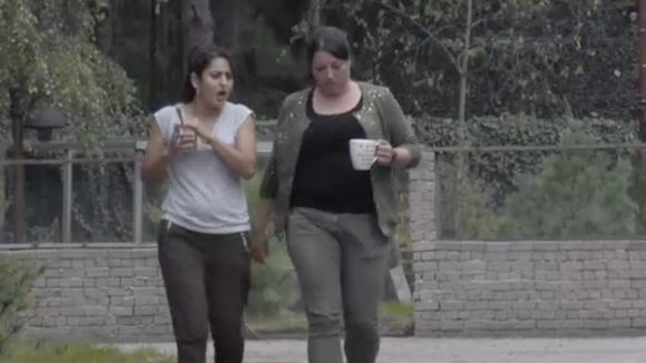 Madilia en Linda bespreken het opvallende gedrag van Noah