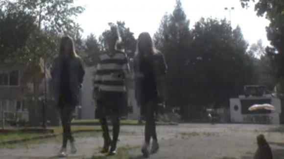 Romy, Demi en Fay vinden het raar hoe Cemal zich gedraagt