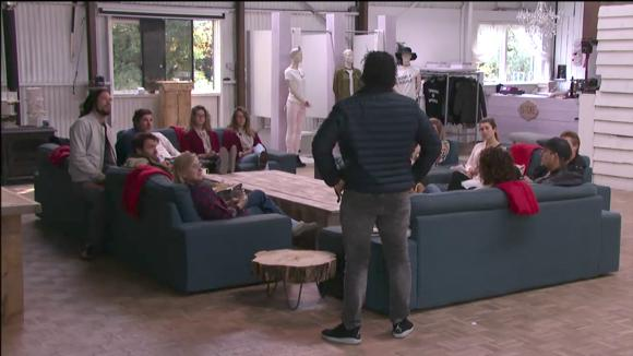 Mel vertelt de groep dat hij Utopia gaat verlaten