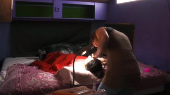 Johan heeft geprobeerd Madilia te zoenen