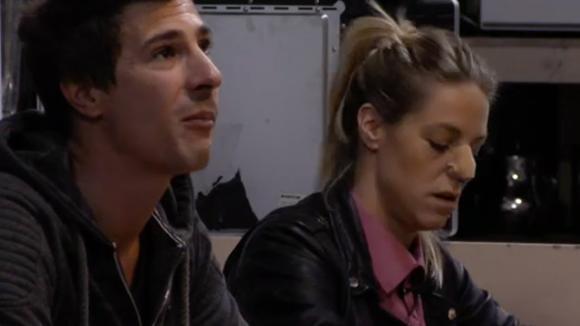 Billy probeert Johan te overtuigen om haar danspartner te worden