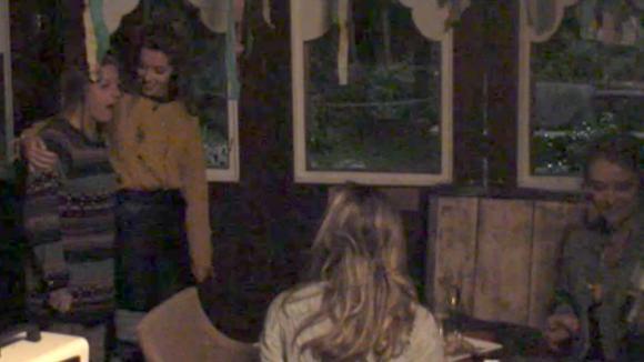Billy krijgt een verrassingsdiner van Romy, Demi en Fay