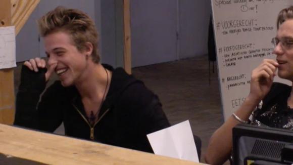 Billy is nieuwsgierig naar de date van Noah en besluit hem te ondervragen