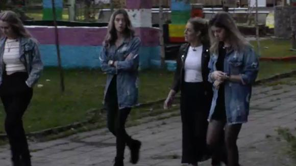 Demi, Fay, Romy en Billy vinden het niks dat José en René een caravan willen kopen