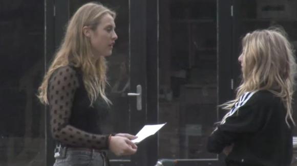 Romy ergert zich aan mede bewoner Jose en uit haar frustraties bij haar mede bewoners