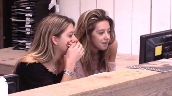 De tweeling bekijken de schokkende foto's van Ladies Night