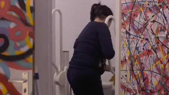 Linda is kwaad door de vieze toiletten