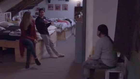 Linda, Demi en Madilia bespreken het zeurende gedrag van José