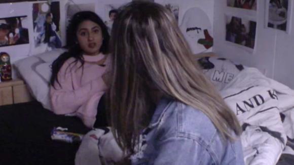 Madilia is woedend omdat er een koelkast op de vide geplaatst is