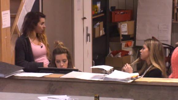 Beau, Demi en Fay hebben ruzie over een topje