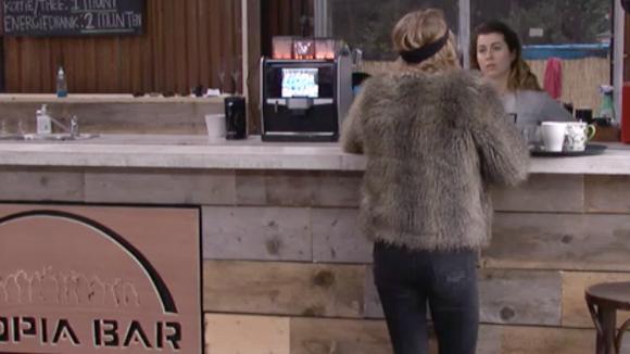 Beau denkt dat Johan meer gevoel voor Johan heeft dan dat ze wil toegeven