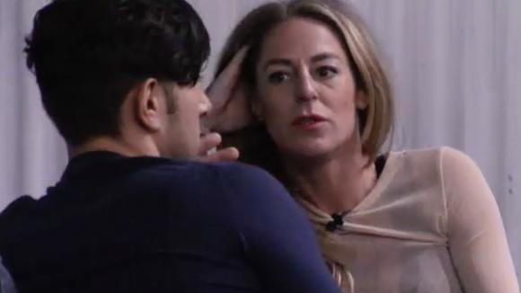 Billy ondervraagt nieuweling Mehmet met verschillende intieme vragen