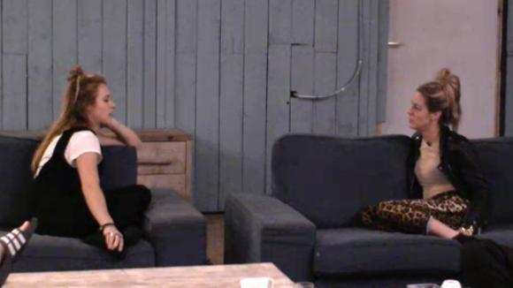 Billy spreekt Romy aan omdat ze haar nodig had rondom het gedoe met Johan