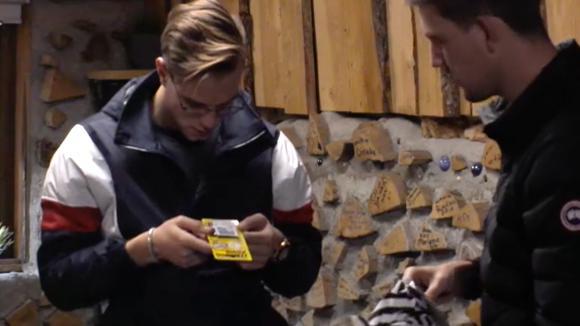 Jacco en Senna willen René zijn ondergoed voorzien van jeukpoeder