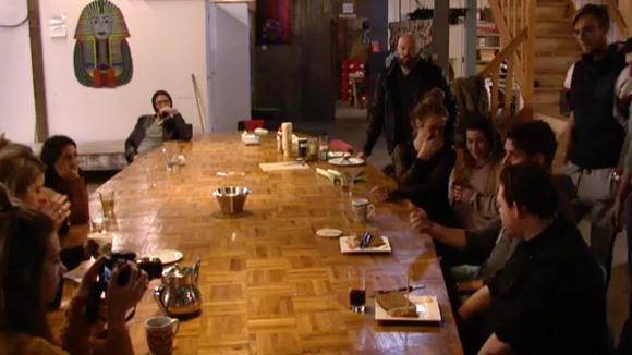 De bewoners uit Utopia doen een oefenwedstrijd koken