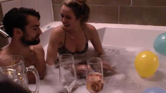 Cemal en Romy hebben een romantische date in bad