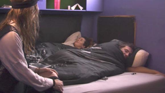 Romy ondervraagt Beau en Johan na hun overnachting
