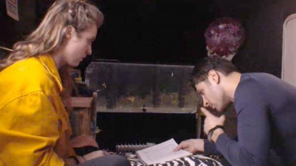 Romy schrijft met behulp van Mehmet een brief aan de vader van Cemal