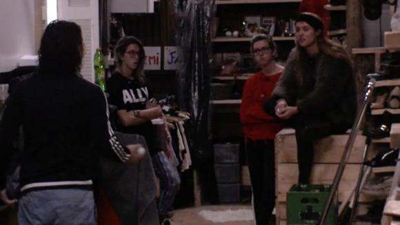 Romy voelt zich rot dat Chipp haar niet in zijn groep wilt en gaat het gesprek aan