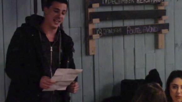 Johan draagt een serenade voor aan Beau