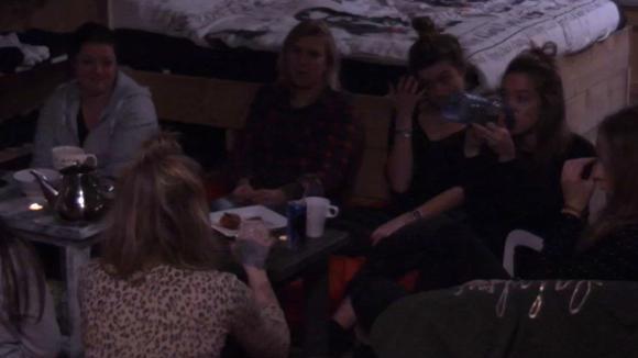 De vrouwelijke bewoners uit Utopia hielden een gezellig theekransje op de vide