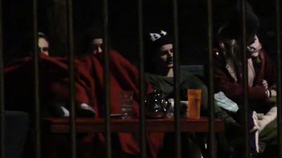 Chipp, Senna, Billy, Romy en de tweeling wachten tot laat in de avond op de potentiële bewoners