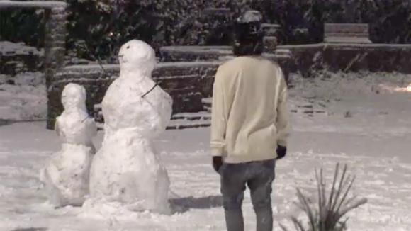 De bewoners genieten van de sneeuw in Utopia