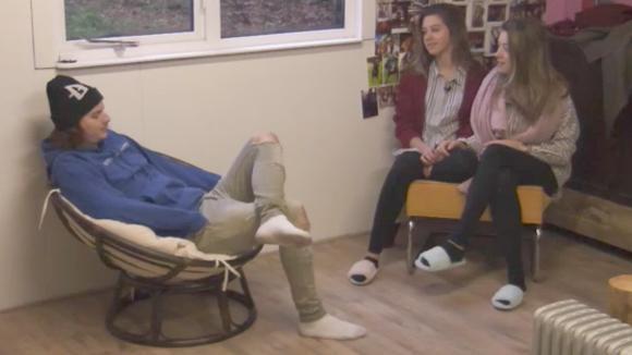 Chipp, Demi en Fay genieten van alle hectiek om de financiën