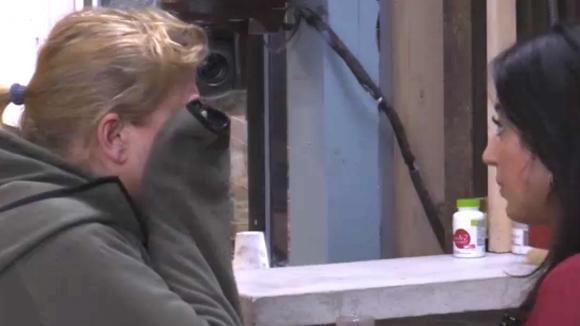 Madilia troost José en biedt haar hulp aan
