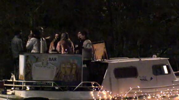 Johan geeft op kerstavond een besloten bootfeest