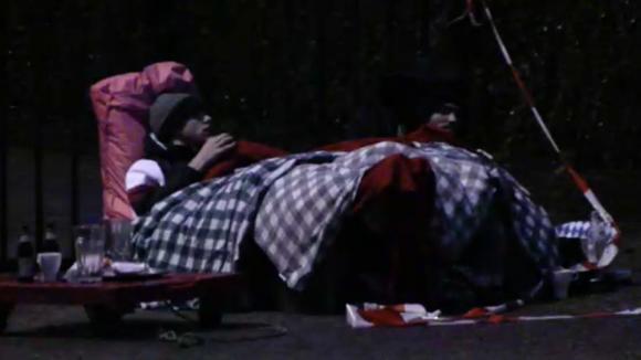 Senna en Cemal hebben de nacht vastgeketend aan het hek overleefd