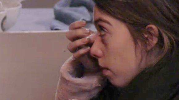 Fay en Chipp gaan niet meer kaasfonduen, ze huilt uit bij Demi
