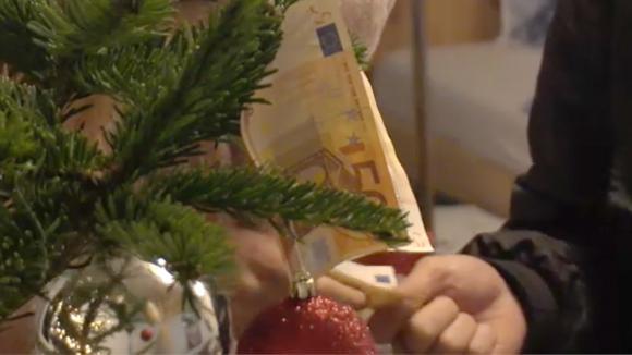 Demi, Fay en Chipp versieren hun kerstboom op aparte wijze