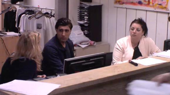 Linda vindt dat José ook mee moet betalen aan de factuur van Wim