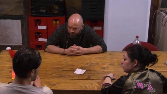 Linda en Mehmet confronteren Baldr dat hij toestemming heeft gegeven om een groot bedrag uit te geven