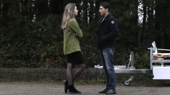 Demi spreekt Mehmet aan op zijn gedrag