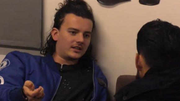 Chipp en Ivan spreken de discussie rondom de vergadering uit