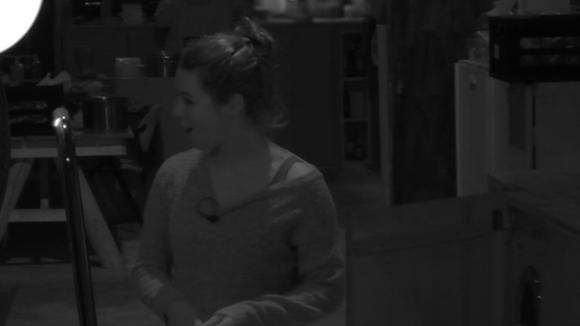 Beau krijgt te horen waar haar gipsafdruk van haar achterwerk ligt