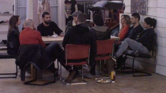 De bewoners van de bv tak komen bij elkaar voor een bespreking