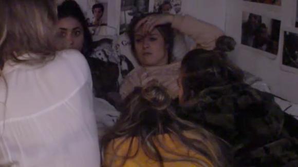 Demi, Billy, Fay, Romy, Madilia bespreken de ongemakkelijke momenten tijdens de high tea