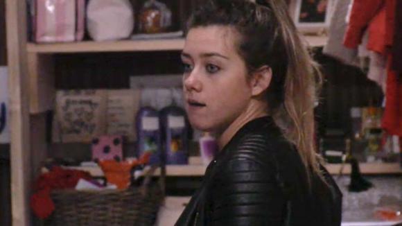 Demi is boos dat Chipp en Fay niet mee de hottub in gaan