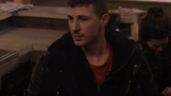 Ivan kan het lasapparaat van Johan niet meer vinden en spreekt Johan aan