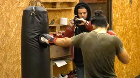 Ivan traint voor de bokswedstrijd tegen Ruud