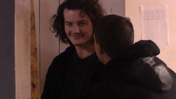 Johan gaat het waterbed van Ivan slopen als wraak