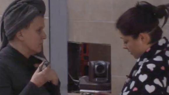 Linda is ervan overtuigd dat een mede bewoner Madilia en haar uit elkaar wilde drijven