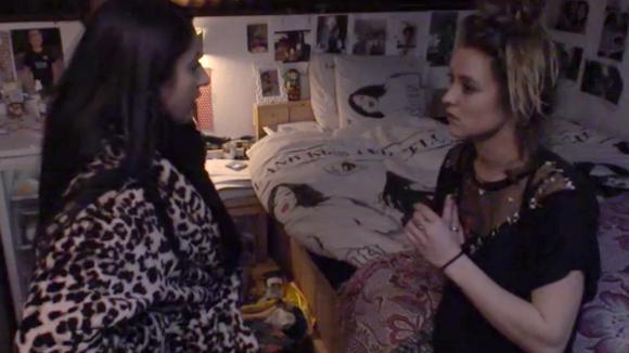 Madilia doet bij Romy verslag over het opgegraven kistje