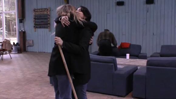 Madilia vertelt Billy hoe opgelucht ze is nu het weer goed is met Linda
